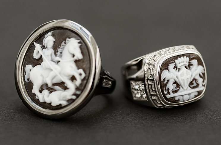 Chevalier ring, the strength of an icon
