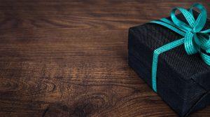 מתנה שחורה עם סרט כחול
